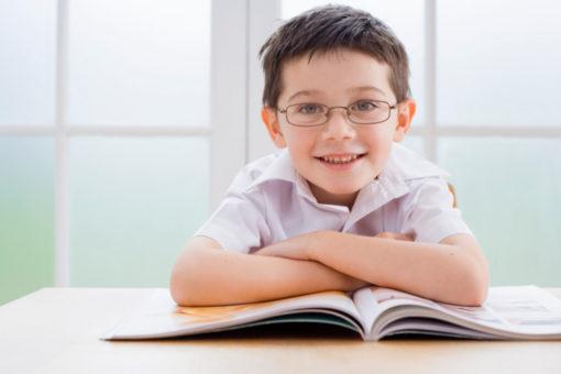 niños estudiando cada día