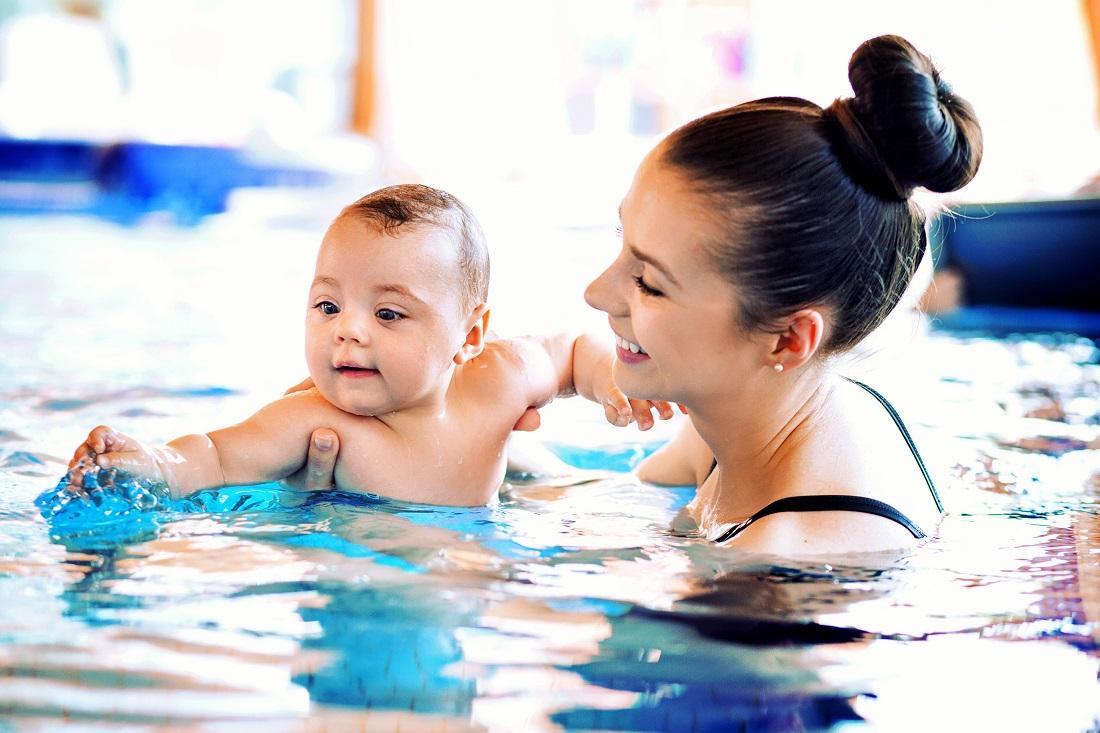 enseñar a nadar a los niños