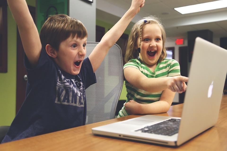 ninos con ordenadores