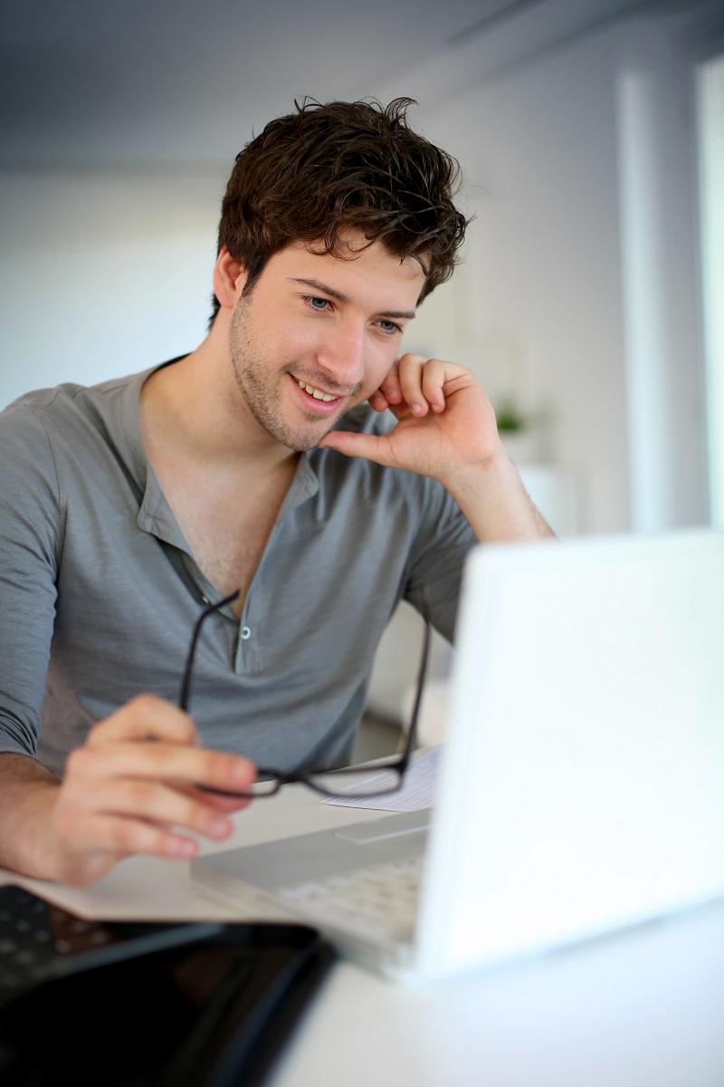 joven estudiando online