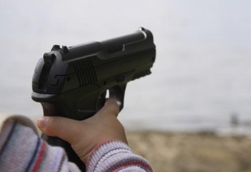 El arma en las manos de un niño